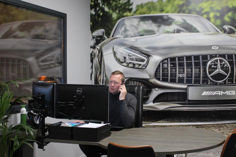 Erik Vos, trotse eigenaar van Auto-onderdelen in kleur.