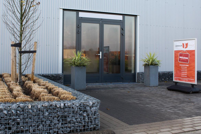Dit is de ingang van ons bedrijf aan bedrijventerrein Altena in Veen (Noord Brabant).